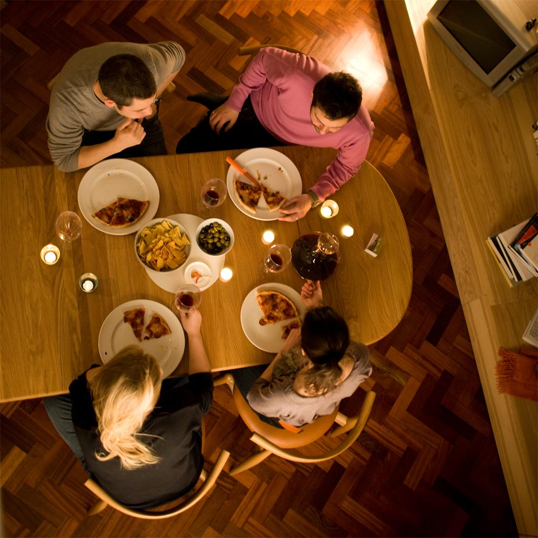 テーブルch006のある食事風景